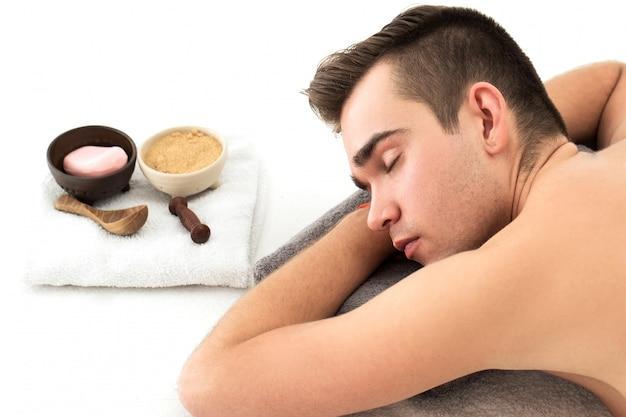 Uomo nel salone spa Foto Gratuite
