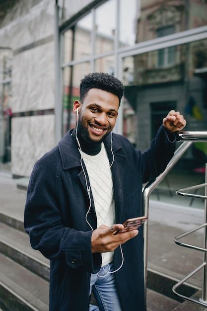 Uomo nero in una città Foto Gratuite