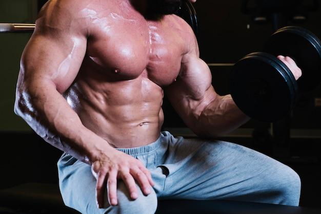 Uomo nudo con il manubrio di sollevamento Foto Gratuite