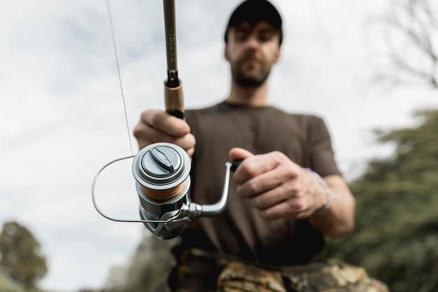 Uomo pesca al fiume Foto Gratuite
