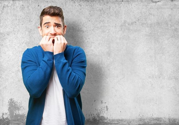 Uomo preoccupato mordendosi le unghie Foto Gratuite