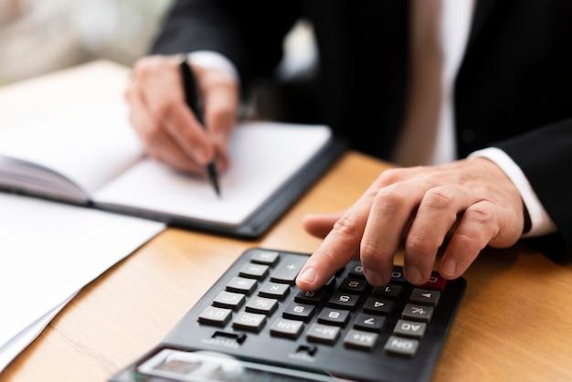 Uomo professionale che scrive sul calcolatore Foto Gratuite