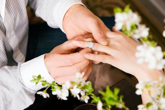 Uomo promettendo matrimonio alla donna Foto Premium