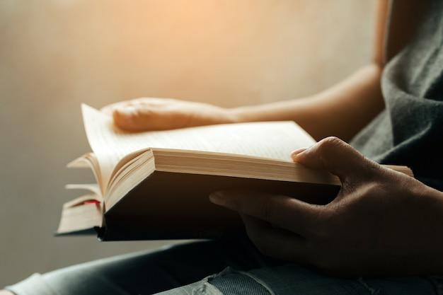 Uomo seduto e leggendo la sacra bibbia Foto Premium