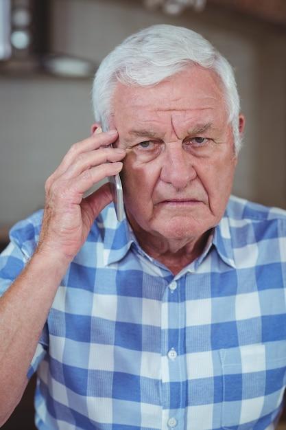 Uomo senior che parla sul telefono cellulare Foto Premium