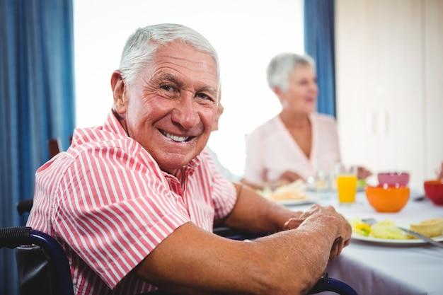 Uomo senior che sorride alla macchina fotografica Foto Premium