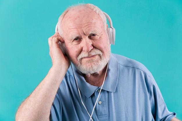 Uomo senior di vista frontale con le cuffie Foto Gratuite