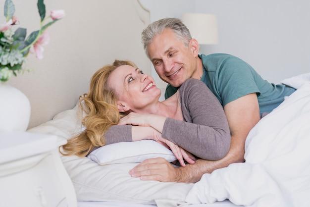 Uomo senior e donna adorabili insieme a letto Foto Gratuite