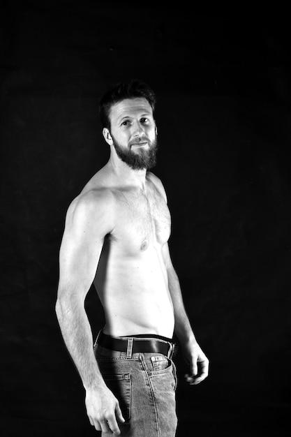 Uomo senza camicia e con blue jeans Foto Premium