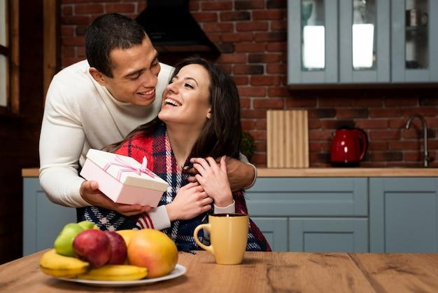 Uomo sorprendente donna con un regalo Foto Gratuite