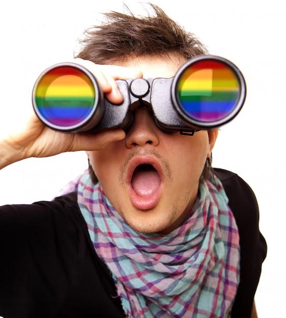 Uomo sorpreso con arcobaleno binoculare e lgbt Foto Premium