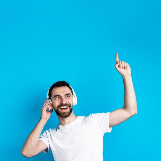 Uomo sorridente che ascolta la musica Foto Gratuite