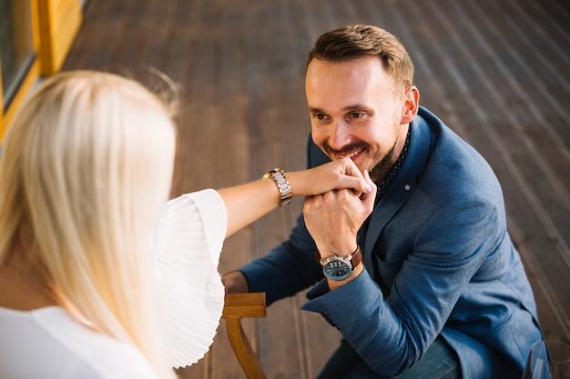 Uomo sorridente che propone alla sua ragazza per il matrimonio Foto Gratuite