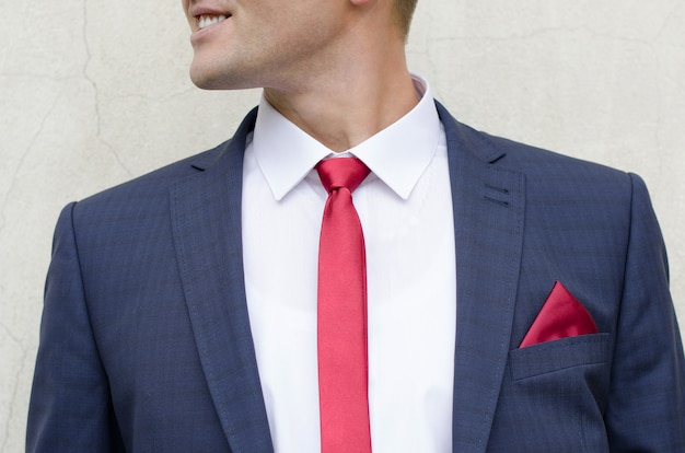 Uomo sorridente in tuta Foto Premium