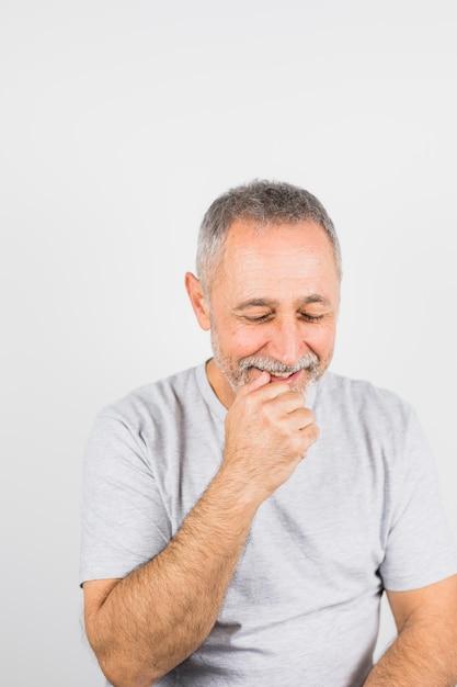 Uomo sorridente invecchiato in maglietta Foto Gratuite