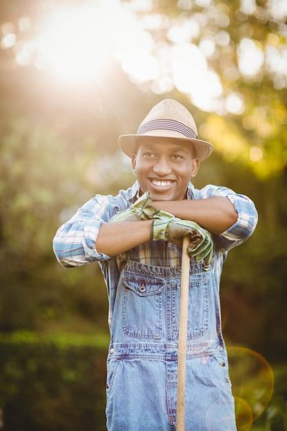 Uomo sorridente nel giardino che osserva via Foto Premium