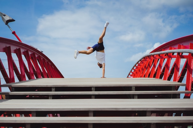 Uomo sul ponte. handstand breakdance Foto Gratuite