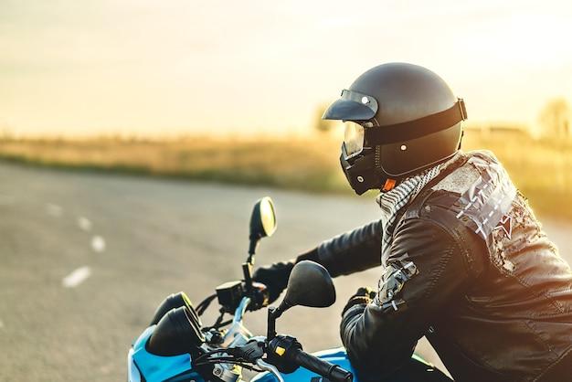 Uomo sulla moto sportiva all'aperto sulla strada Foto Premium