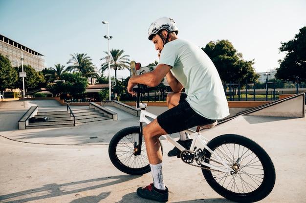 Uomo sulla sua bici bmx long shot Foto Gratuite