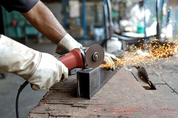Uomo tagliato in metallo Foto Premium