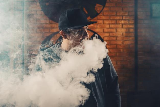 Uomo vaping una sigaretta elettronica Foto Gratuite