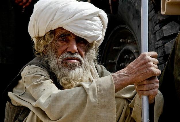 Uomo vecchio afghanistan diffidare fissando intemperie Foto Gratuite