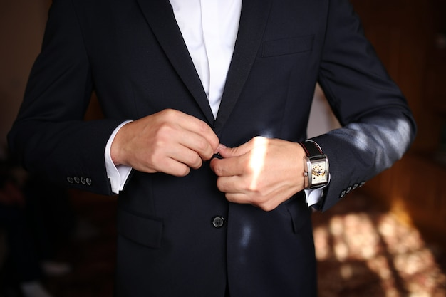 Uomo vestito affilato che indossa giacca e papillon Foto Premium