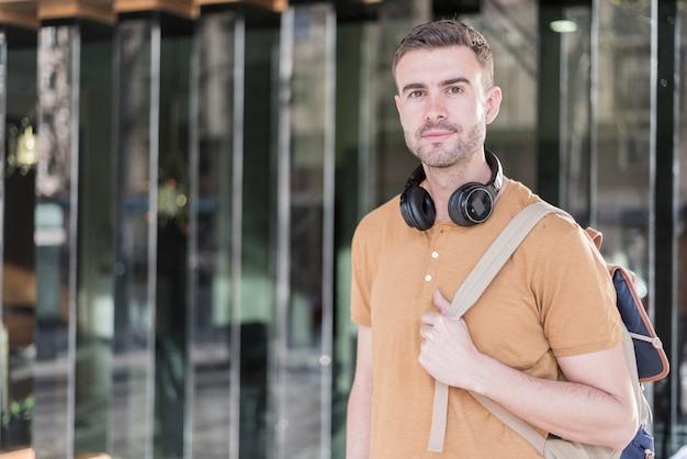 Uomo vicino in su con sorridere delle cuffie Foto Premium