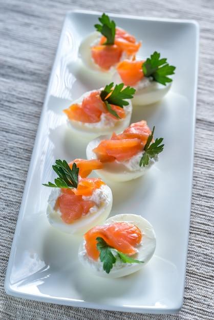 Uova alla diavola di crema di salmone Foto Premium
