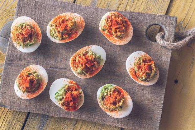 Uova alla diavola guacamole e pancetta Foto Premium