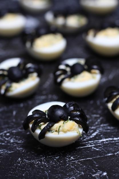 Uova alla diavola ripiene con ragni di olive nere per halloween Foto Premium