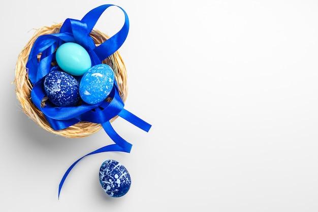 Uova di pasqua blu isolate su fondo bianco Foto Premium