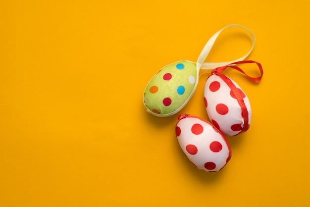 Uova di pasqua colorate su uno sfondo giallo Foto Premium