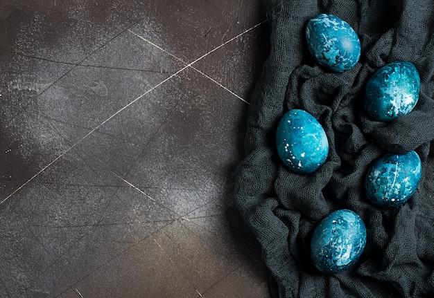 Uova di pasqua dipinte a mano in blu Foto Gratuite