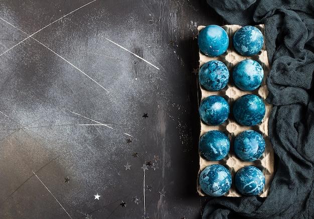 Uova di pasqua in confezione di cartone dipinto a mano in colore blu Foto Gratuite