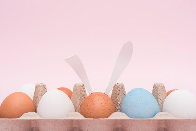 Uova di pasqua in rack sul tavolo Foto Gratuite