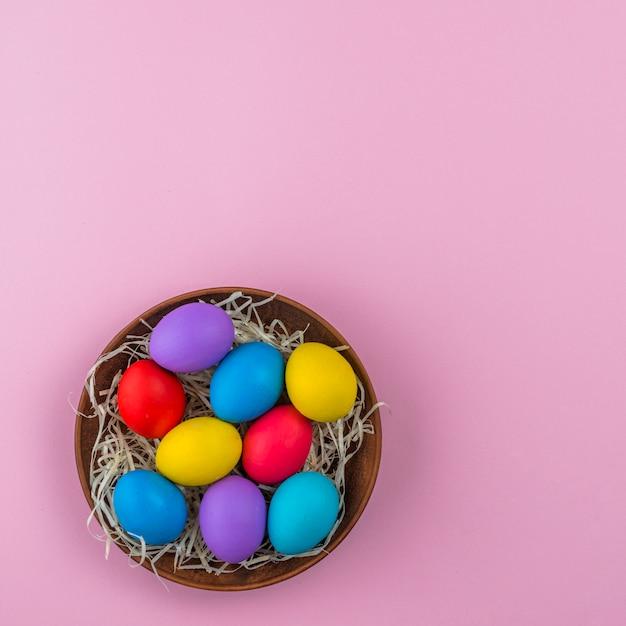 Uova di pasqua in una ciotola sul tavolo Foto Gratuite