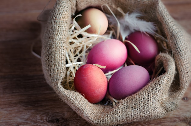 Uova di pasqua variopinte su legno Foto Premium