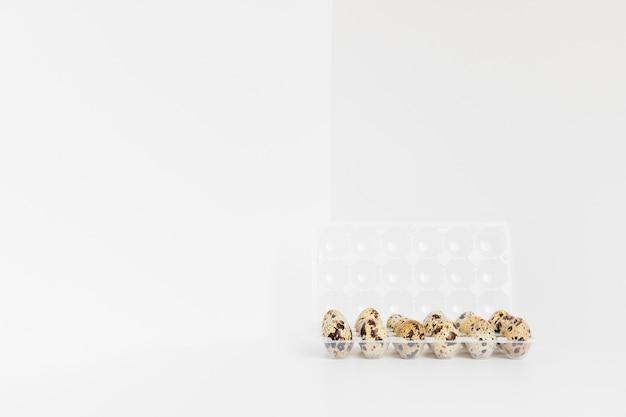 Uova di quaglia macchiate su fondo bianco Foto Gratuite