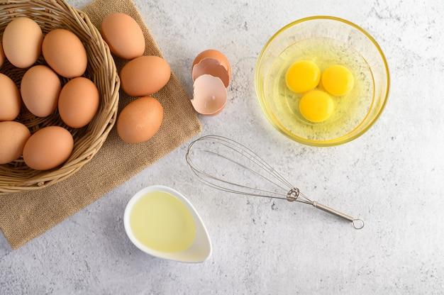 Uova e olio organici che preparano cucinando pasto Foto Gratuite