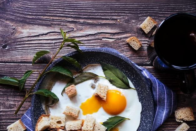 Uova fresche e colazione a base di tè Foto Gratuite