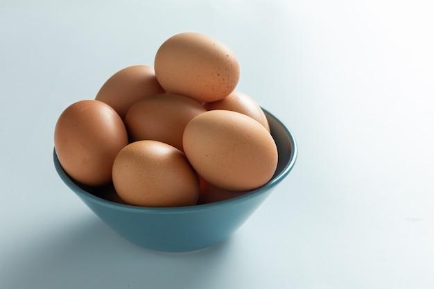 Uova fresche nella ciotola Foto Gratuite