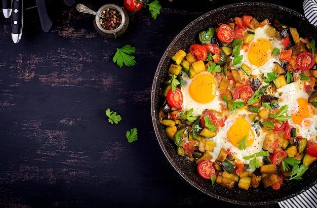 Uova friied con verdure Foto Premium