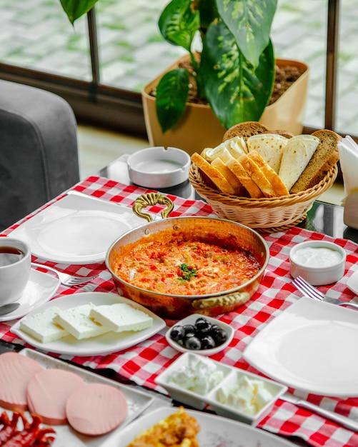 Uova fritte con pomodori e vegetazione Foto Gratuite