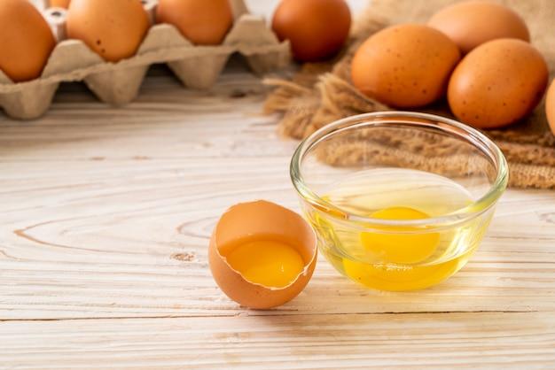 Uova marroni con un rotto e tuorlo d'uovo Foto Premium