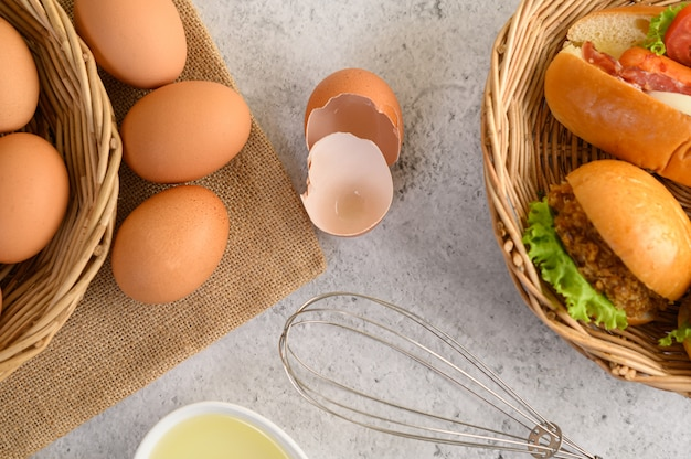 Uova marroni fresche e prodotti da forno Foto Gratuite