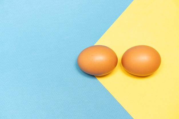 Uova marroni su uno sfondo colorato Foto Premium