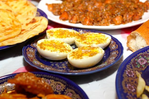 Uova sode su un piatto di ceramica Foto Premium
