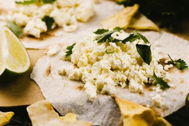 Uova strapazzate su pane tortilla Foto Gratuite