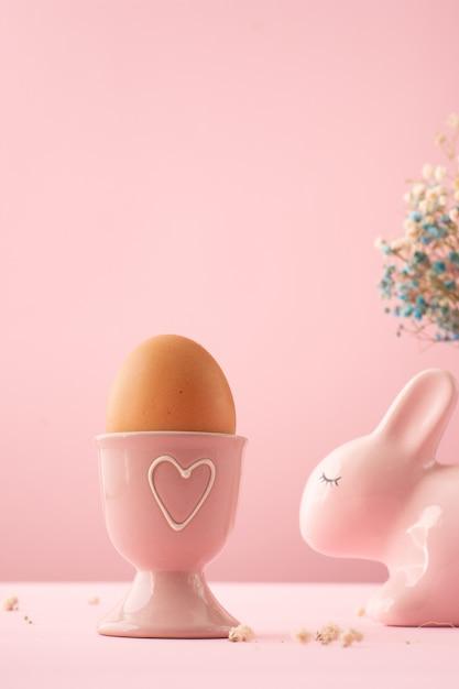 Uovo di pasqua del primo piano in ciotola ceramica piacevolmente dipinta Foto Gratuite